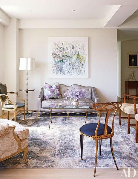 item7.rendition.slideshowVertical.isaac-mizrahi-manhattan-apartment-12-living-room